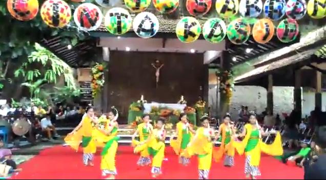 Tari Gambyong SMP Maria Assumpta memeriahkan Misa Penutupan KEK