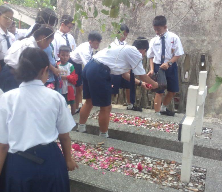 Ziarah Keluarga SMP Maria Assumpta ke Makam Katolik Semangkak